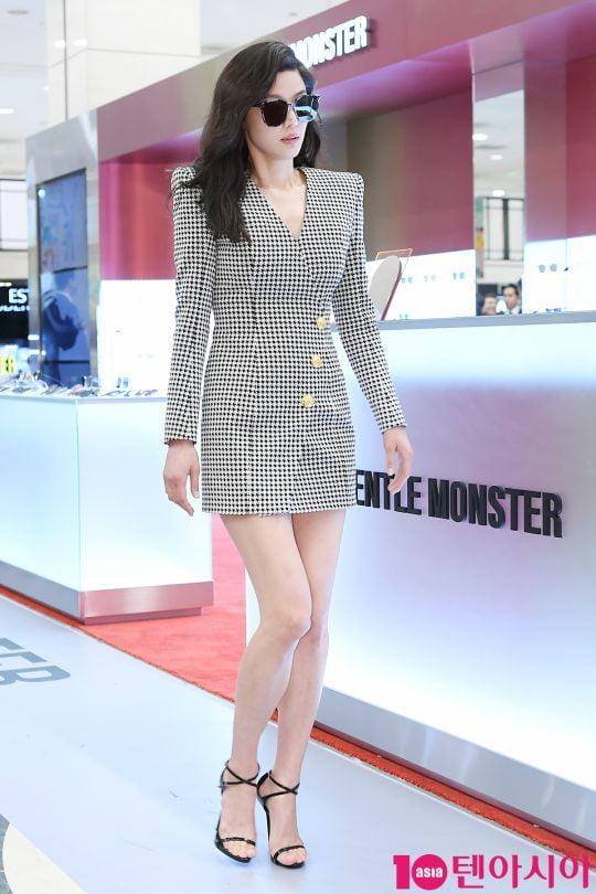 배우 전지현이 10일 오후 서울 신세게백화점 강남점에서 열린 글로벌 패션 아이웨어 브랜드 젠틀몬스터 팝업 스토어 오픈행사에 참석하고 있다.