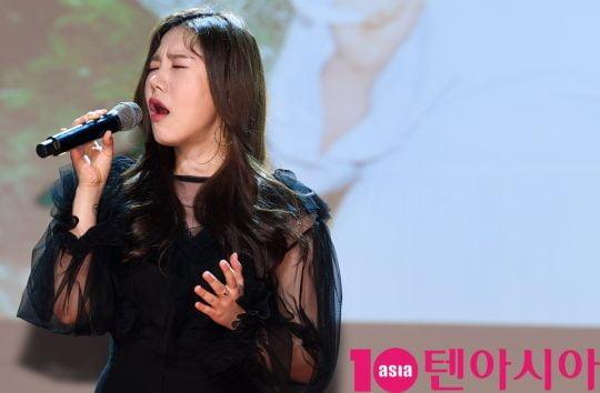 가수 송하예가 10일 오후 서울 청담동 일지아트홀에서 열린 디지털 싱글 음반 '니 소식' 쇼케이스에 참석하고 있다.