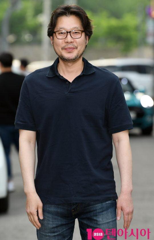 배우 유재명이 12일 오후 서울 상암동 한 음식점에서 열린 tvN 토일드라마 '자백' 종방연에 참석하고 있다.
