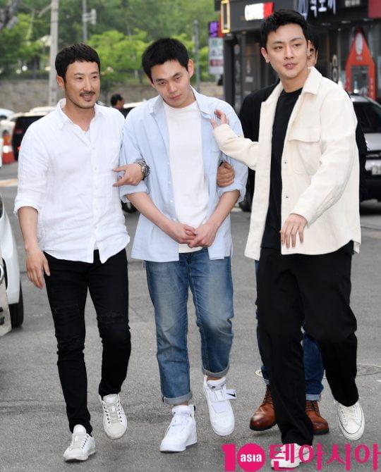 배우 전두현,류경수,장재호가 12일 오후 서울 상암동 한 음식점에서 열린 tvN 토일드라마 '자백' 종방연에 참석하고 있다.