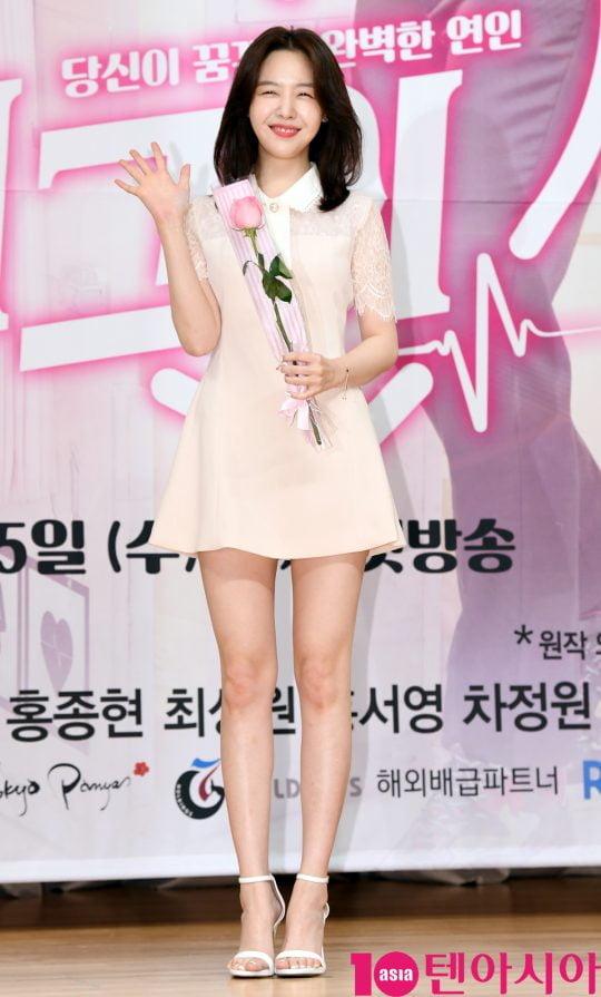 배우 방민아가 15일 오후 서울 양천구 목동 SBS 사옥에서 열린 SBS 새 수목드라마 '절대그이' 제작발표회에 참석하고 있다.