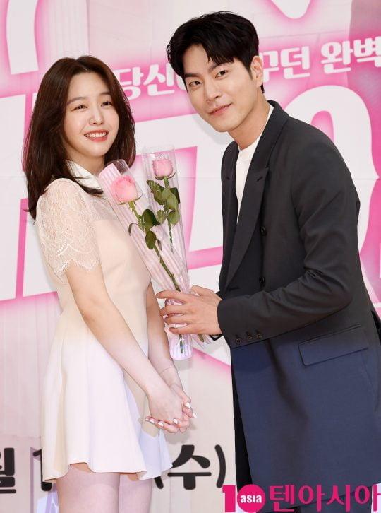 배우 방민아와 홍종현이 15일 오후 서울 양천구 목동 SBS 사옥에서 열린 SBS 새 수목드라마 '절대그이' 제작발표회에 참석하고 있다.