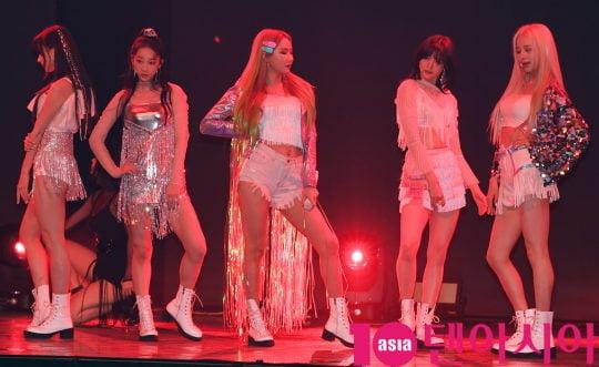 걸그룹 EXID(솔지, LE, 하니, 혜린, 정화)는 15일 오후 서울 한남동 블루스퀘어에서 열린 다섯번째 미니앨범 '위(WE)' 쇼케이스에 참석해 멋진공연을 선보이고 있다.