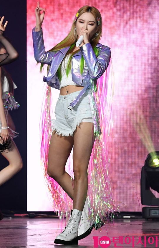 걸그룹 EXID(솔지, LE, 하니, 혜린, 정화) LE가 15일 오후 서울 한남동 블루스퀘어에서 열린 다섯번째 미니앨범 '위(WE)' 쇼케이스에 참석해 멋진공연을 선보이고 있다.