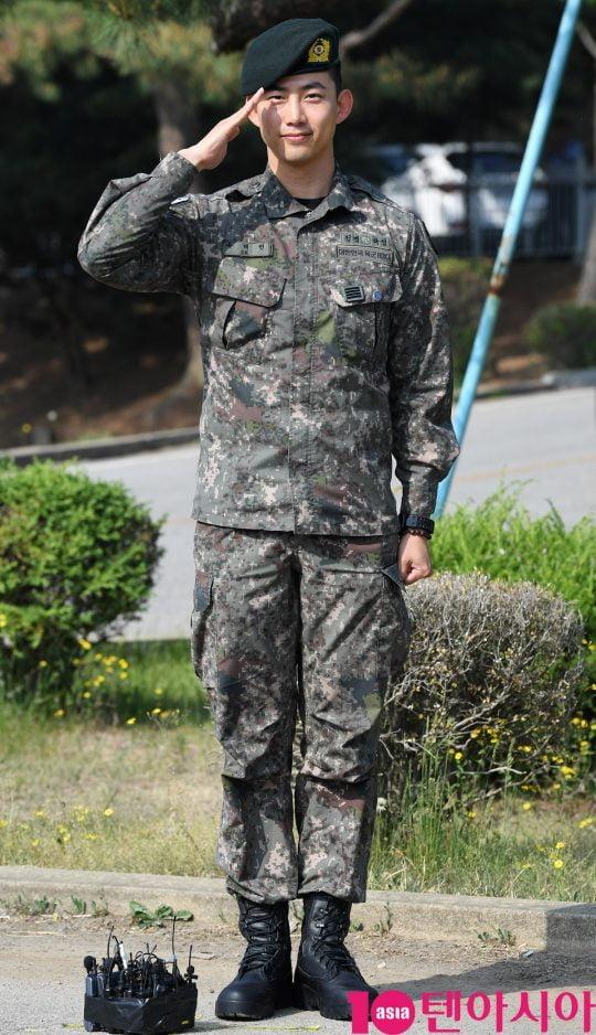 그룹 2PM 출신 가수 겸 배우 옥택연이 16일 경기도 고양시 백마회관 앞에서 군 복무를 마치고 전역하고 있다.
