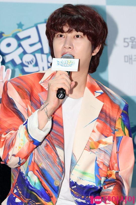 슈퍼주니어 김희철이 16일 오전 서울 상암동 DDMC에서 열린 sky Drama 예능 '우리집에 왜왔니' 제작발표회에 참석해 인사말을 하고 있다.
