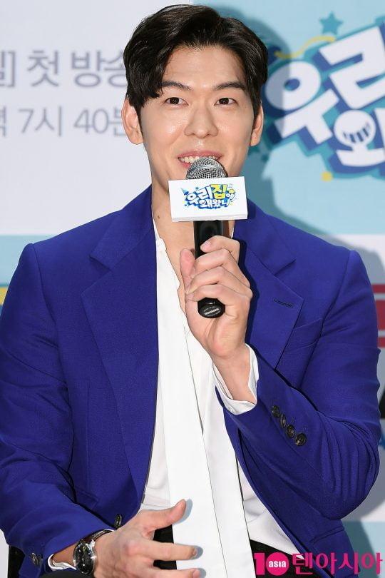 요리연구가 오스틴강이 16일 오전 서울 상암동 DDMC에서 열린 sky Drama 예능 '우리집에 왜왔니' 제작발표회에 참석해 인사말을 하고 있다.