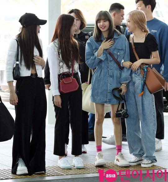걸그룹 블랙핑크(지수, 제니, 로제, 리사)가 16일 오후 월드투어 참석차 인천국제공항을 통해 암스테르담으로 출국하고 있다.
