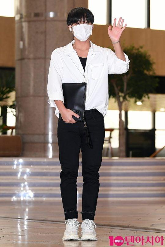 가수 박지훈이 2019 K CON(케이콘) 참석차 17일 오후 김포국제공항을 통해 공항패션을 선보이며 일본으로 출국하고 있다.