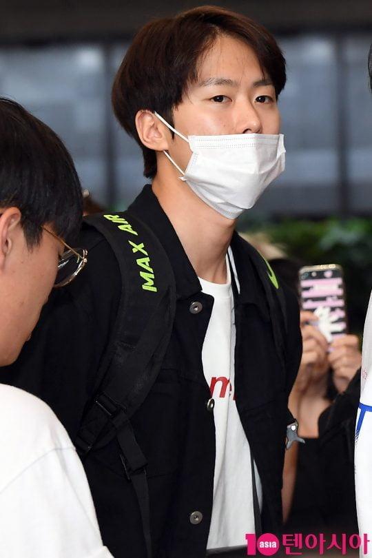 배우 공명이 해외 일정 참석차 17일 오후 김포국제공항을 통해 공항패션을 선보이며 출국하고 있다.
