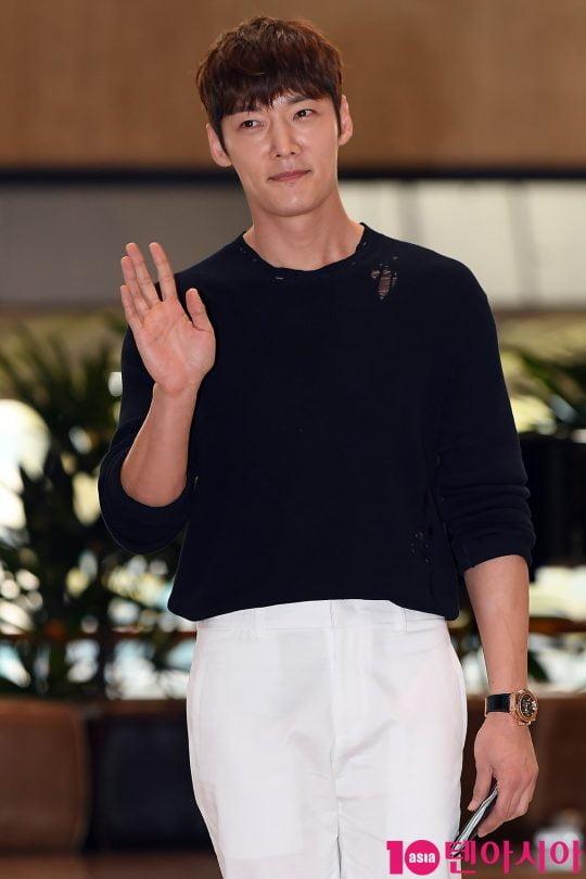 배우 최진혁이 2019 K CON(케이콘) 참석차 17일 오후 김포국제공항을 통해 공항패션을 선보이며 일본으로 출국하고 있다.