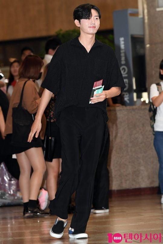 배우 이지훈이 2019 K CON(케이콘) 참석차 17일 오후 김포국제공항을 통해 공항패션을 선보이며 일본으로 출국하고 있다.