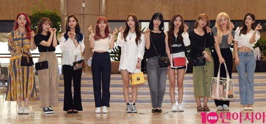 그룹 우주소녀가 2019 K CON(케이콘) 참석차 17일 오후 김포국제공항을 통해 공항패션을 선보이며 일본으로 출국하고 있다.