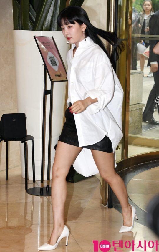 레드벨벳 슬기가 17일 오후 서울 소공동 롯대백화점에서 열린 롱샴 포토콜 행사에 참석하고 있다.
