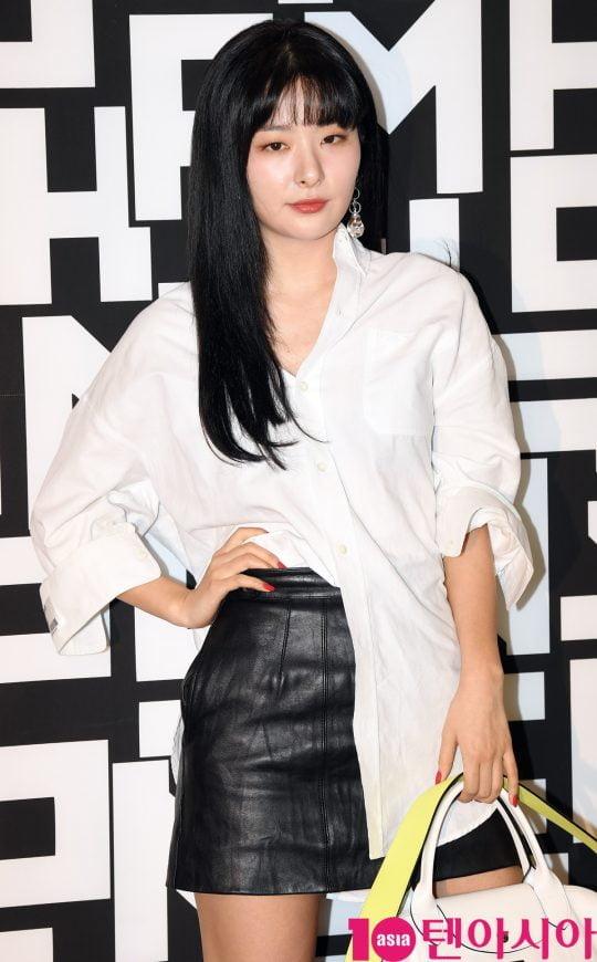]레드벨벳 슬기가 17일 오후 서울 소공동 롯대백화점에서 열린 롱샴 포토콜 행사에 참석하고 있다.