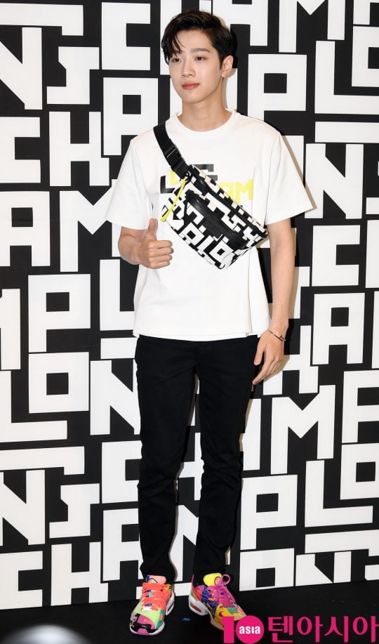 라이관린이 17일 오후 서울 소공동 롯대백화점에서 열린 롱샴 포토콜 행사에 참석하고 있다.