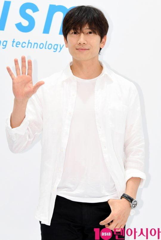 배우 지성이 17일 서울 신천동 롯데월드몰에서 열린 '유니클로(UNIQLO) COOL~에어리즘 데이 포토행사에참석하고 있다.