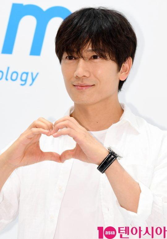 배우 지성이 17일 서울 신천동 롯데월드몰에서 열린 '유니클로(UNIQLO) COOL~에어리즘 데이 포토행사에 참석하고 있다.