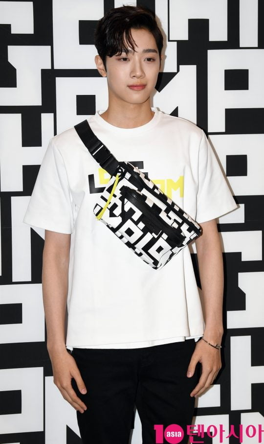 가수 라이관린이 17일 오후 서울 소공동 롯대백화점에서 열린 롱샴 포토콜 행사에 참석하고 있다.