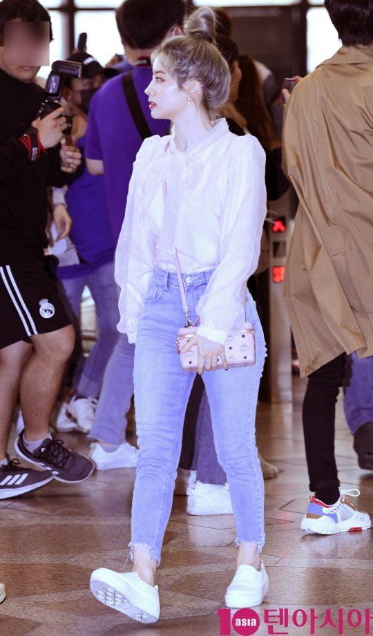 걸그룹 트와이스(나연, 정연, 모모, 사나, 지효, 미나, 다현, 채영, 쯔위) 다현이 18일 오전 '2019 K CON(케이콘) IN JAPAN' 참석 차 김포국제공항을 통해 일본으로 출국했다.