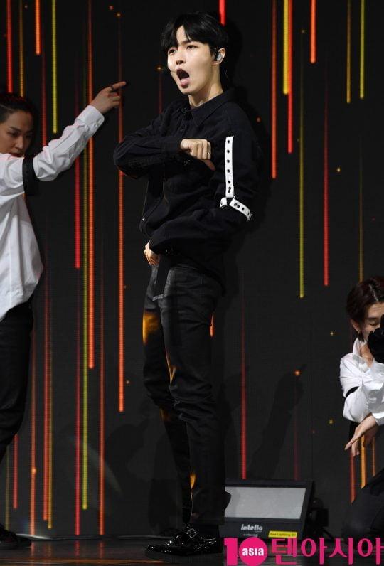 워너원 출신 가수 김재환이 20일 오후 서울 광장동 예스24 라이브홀에서 열린 첫 번째 미니앨범 '어나더(Another)' 발매 기념 쇼케이스에 참석해 멋진공연을 선보이고 있다.