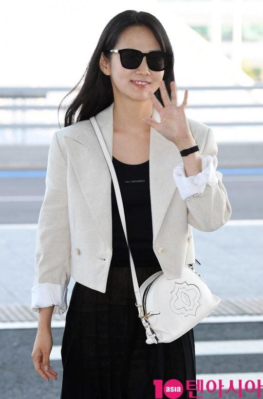 배우 윤승아가 21일 오후 화보 촬영 차 인천국제공항을 통해 프랑스로 출국하고 있다.