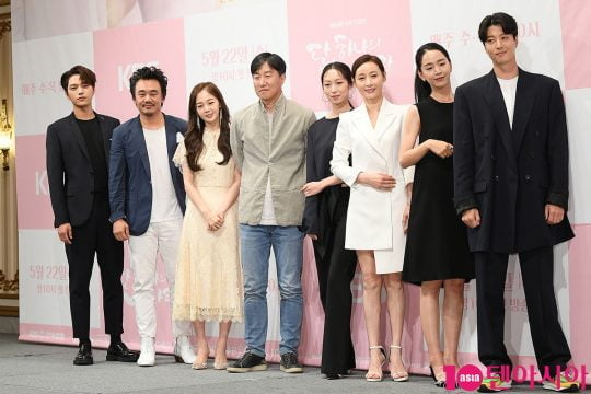 배우 김명수(왼쪽부터), 김인권, 김보미, 신혜선, 이정섭 PD, 최수진, 도지원, 신혜선, 이동건