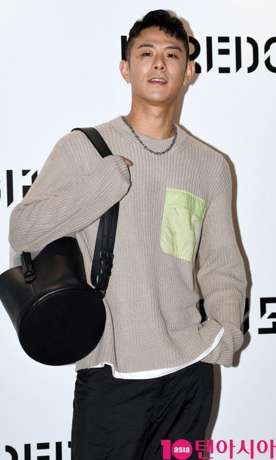 가수 빈지노가 21일 오후 서울 신사동 애슐린 갤러리에서 열린 바이레도의 포토콜 행사에 참석하고 있다.