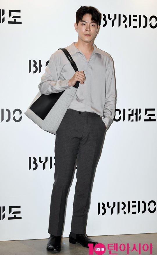 배우 홍종현이 21일 오후 서울 신사동 애슐린 갤러리에서 열린 바이레도의 포토콜 행사에 참석하고 있다.