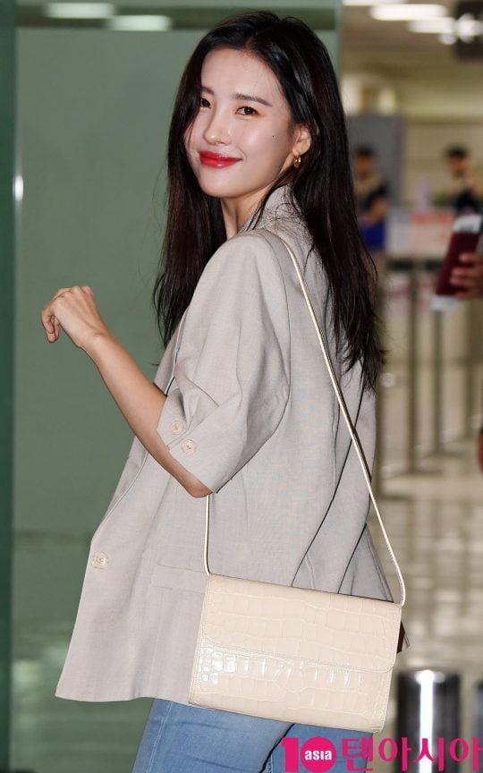 가수 선미가 22일 오후 콘서트 참석차 김포국제공항을 통해 일본으로 출국하고 있다.