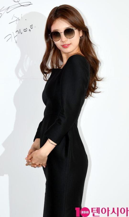 배우 수지가 25일 오후 서울 서교동 카린 홍대 라운지에서 열린 카린 2019 서머 프레젠테이션 'TINT SELECTION' 포토월 행사에 참석하고 있다.