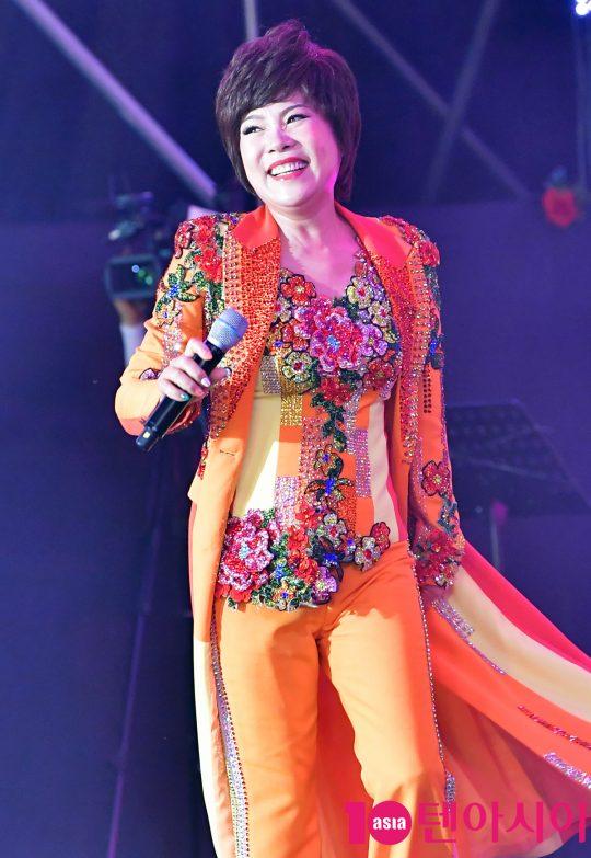 가수 김연자가 지난 24일 오후 서울 중랑구 서울장미공원에서 열린 2019 서울장미축제에서 멋진공연을 선보이고 있다.