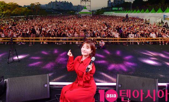 가수 벤이 지난 25일 오후 서울 중랑구 서울장미공원에서 열린 2019 서울장미축제에 참석하고 있다.