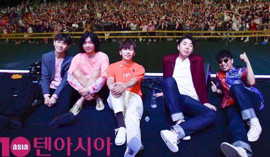 밴드 데이브레이크가 지난 25일 오후 서울 중랑구 서울장미공원에서 열린 2019 서울장미축제에 참석하고 있다.