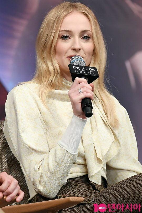 배우 소피 터너가 27일 오전 서울 여의도동 콘래드호텔에서 열린 영화 '엑스맨: 다크 피닉스' 내한 기자간담회에 참석해 인사말을 하고 있다.
