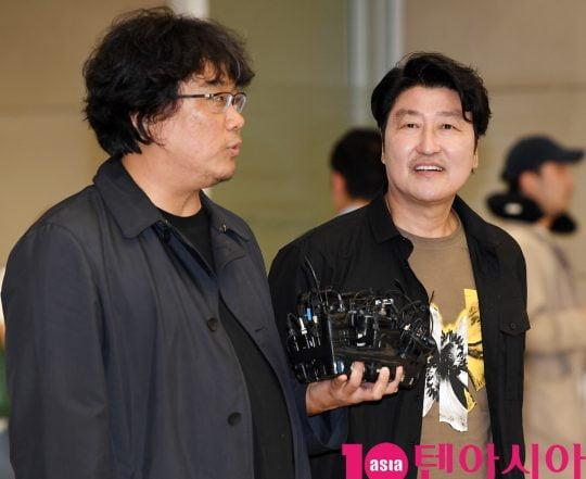 제72회 칸 국제영화제(이하 칸 영화제) 폐막식에서 한국 영화 역사상 최초로 황금종려상을 수상한 '기생충'의 봉준호 감독과 배우 송강호가 인천국제공항을 통해 귀국했다./ 사진=조준원 기자 wizard333@
