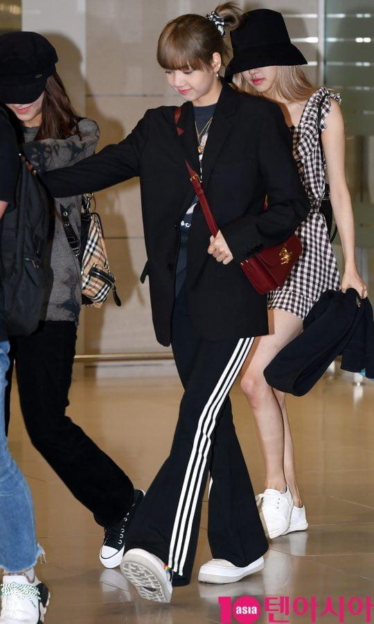 걸그룹 블랙핑크(지수, 제니, 로제, 리사) 리사가 30일 오후 스페인에서 'BLACKPINK 2019 WORLD TOUR with KIA' 유럽투어를 마치고 인천국제공항을 통해 입국하고 있다.