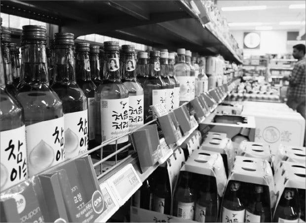 하이트진로가 1일부터 소주 출고 가격을 6.45% 인상했다. 편의점에서 참이슬 후레쉬 가격은 1660원에서 1800원으로 올랐다.  /강은구 기자 egkang@hankyung.com