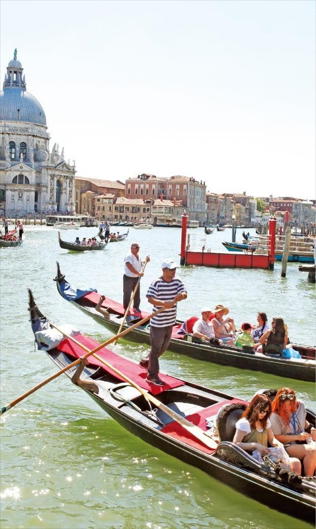 물의 도시 이탈리아 베네치아의 명물 곤돌라