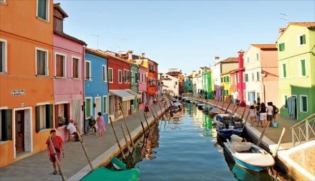 좁은 수로와 화려한 색상의 건물이 어우러져 동화 속 그림처럼 아름다운 부라노의 거리 풍경