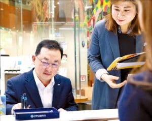 2일 김병철 신한금융투자 사장(왼쪽)이 플랜yes 해외주식 적립식 서비스에 가입하고 있다.
