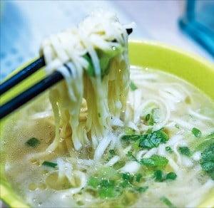 국수는 딤섬과 함께 가장 홍콩스러운 음식이다.