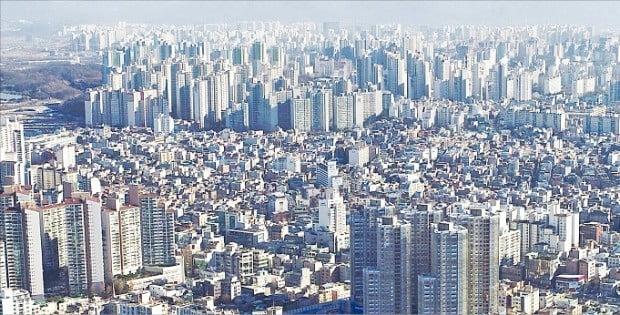 정부가 지난해 내놓은 '9·13 주택시장 안정대책' 이후 서울 아파트값이 평균 1.7% 하락하는 데 그쳤다. 서울에서 상대적으로 낙폭이 컸던 강동구 일대.  /한경DB