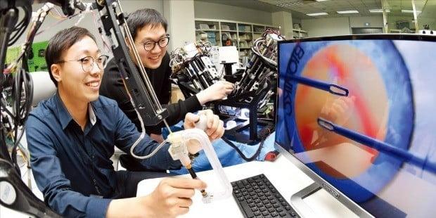 스타트업(신생 벤처기업) 이지엔도서지컬은 유연내시경 수술로봇 등을 개발해 국내외에서 주목받고 있다. 이 회사 연구원들이 안과용 수술로봇 '이지마이크로'를 테스트하고 있다.  /대전=허문찬 기자 sweat@hankyung.com