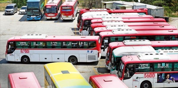 지난 8일 오전 경기 용인시의 한 버스업체 차고지에 버스가 대기하고 있다. 경기도 15개 버스 노조는 9일 투표를 통해 파업을 결의했다. 8일엔 부산·울산·충남·충북 등 네 지역의 버스 노조가 오는 15일부터 파업에 들어간다고 밝혔다.  /연합뉴스