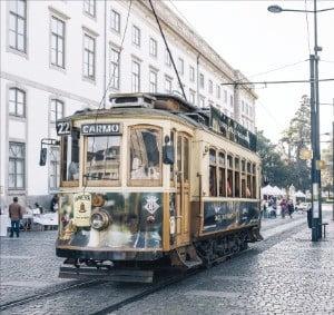 포르투 시내를 달리는 전차.