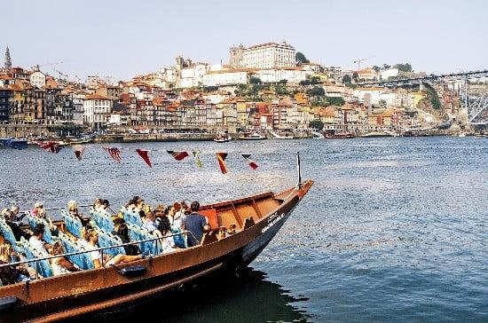 항만도시 포르투의 도루강 유람선 투어. 유럽 최대 아치교인 '동 루이스 1세' 다리를 비롯해 도루강 위에 놓인 6개 아치교를 모두 감상할 수 있다.