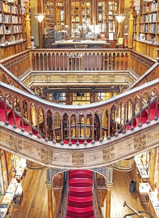 ④ 소설 해리포터의 마법학교 배경이 된 렐루서점의 붉은 계단