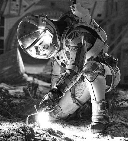 홀로 화성에 남겨진 화성탐사대원의 생존기를 그려낸 영화 '마션'의 한 장면.