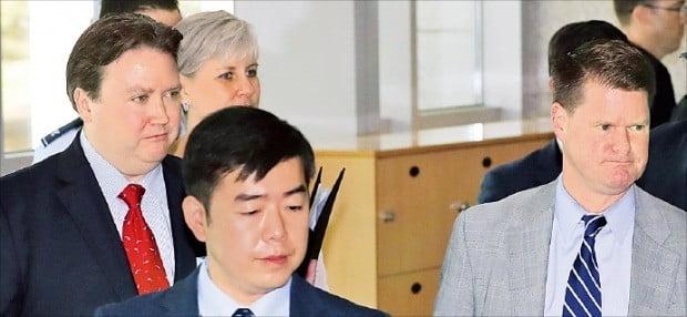 랜달 슈라이버 미국 국방부 인도태평양안보 차관보(오른쪽)와 마크 내퍼 미 국무부 부차관보대행(왼쪽)이 9일 제11차 한·미·일 안보회의 참석을 위해 서울 국방부 청사로 들어오고 있다.  /연합뉴스